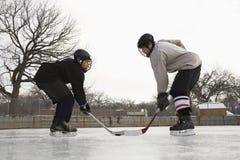 Hockeyspieler stellen weg gegenüber. Stockfotografie