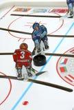 Hockeyspielerduell. lizenzfreie stockfotografie