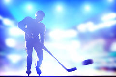 Hockeyspielerschießen auf Ziel im Arenanacht-ligh Lizenzfreies Stockbild
