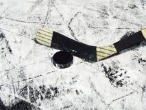 Hockeysteuerknüppel und -kobold lizenzfreie stockfotos