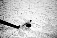 Hockeystok en puck op ijs Stock Afbeelding