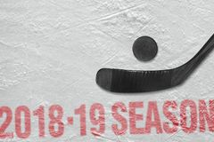 Hockeystok en puck op ijs stock afbeeldingen