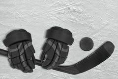Hockeytillbehör på is Royaltyfria Bilder
