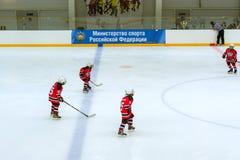 Hockeyturnier unter children' s-Teams Lizenzfreies Stockfoto