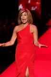 Hoda Kotb anda a pista de decolagem no vermelho ir para a coleção vermelha 2015 do vestido das mulheres Foto de Stock Royalty Free