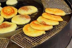 Hoddeok韩国快餐在市场上 免版税库存图片
