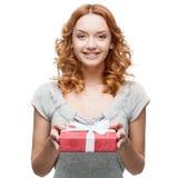 Hoding julgåva för ung tillfällig kvinna Arkivbild