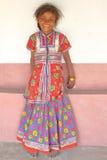 HODKA, GUJARAT, INDIA - DECEMBER 20, 2013: Portret van een leuk en kleurrijk meisje in Hodka, lokaal dorp dichtbij Bhuj Royalty-vrije Stock Foto's