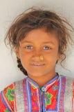 HODKA, GUJARAT, INDIA - DECEMBER 20, 2013: Portret van een leuk en kleurrijk meisje in Hodka, lokaal dorp dichtbij Bhuj Stock Afbeelding