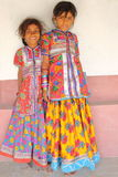 HODKA, GUJARAT, INDIA - DECEMBER 20, 2013: Portret van twee leuke en kleurrijke meisjes in Hodka, lokaal dorp dichtbij Bhuj Royalty-vrije Stock Afbeelding