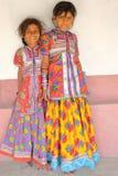 HODKA GUJARAT, INDIEN - DECEMBER 20, 2013: Stående av gulliga två och färgrika små flickor i Hodka, lokal by nära Bhuj Royaltyfri Bild