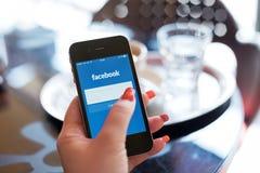 HODONIN, REPÚBLICA CHECA - 7 DE ABRIL: Facebook es un social en línea imagen de archivo