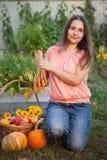 Hodowcy bogaty żniwo warzywa, Ładnej dziewczyny ogrodniczki ogromny harve Obrazy Royalty Free