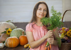 Hodowcy bogaty żniwo warzywa, Ładnej dziewczyny ogrodniczki ogromny harve Obraz Royalty Free