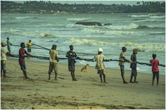Hoe de families met visserij in Axim Ghana samenwerken royalty-vrije stock foto's