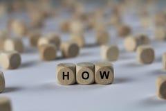 Hoe - de kubus met brieven, ondertekent met houten kubussen stock afbeeldingen