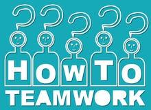 Hoe te? Dat is groepswerk Team met hoofden in de vorm van het guestionteken en met brieven op overhemd Stock Afbeeldingen