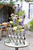 Hoe te om bloemenregeling in zilveren vaas te maken Royalty-vrije Stock Afbeeldingen