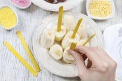 Hoe te om chocolade ondergedompelde bananen te maken - stap voor stap, leerprogramma Royalty-vrije Stock Foto's