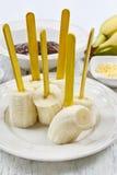 Hoe te om chocolade ondergedompelde bananen te maken - stap voor stap, leerprogramma Stock Afbeelding