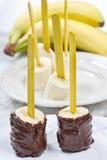 Hoe te om chocolade ondergedompelde bananen te maken - stap voor stap, leerprogramma Stock Foto's