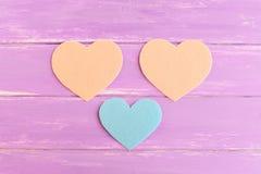 Hoe te om een gevoeld hartdecor te naaien stap Het blauw en het beige voelden stukken in de vorm van een hart worden gesneden dat Stock Afbeeldingen