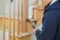 Hoe te om een Tredetraliewerk Kit Installation voor houten traliewerk voor treden te installeren stock foto