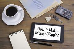 Hoe te om geld het blogging te maken Tekst op tabletapparaat op houten Ta Royalty-vrije Stock Afbeeldingen