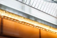 Hoe te om goede verlichting in de keuken met uw handen thuis te maken stock foto