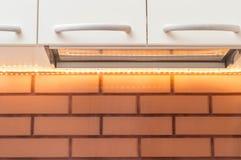 Hoe te om goede verlichting in de keuken met uw handen thuis te maken royalty-vrije stock afbeelding
