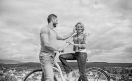 Hoe te om meisjes te ontmoeten terwijl het berijden van fiets Mens met baard en schuwe blondedame op eerste datum Het opnemen van royalty-vrije stock afbeelding