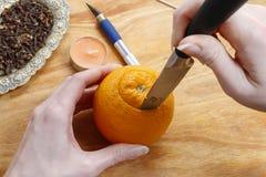 Hoe te om oranje pomander bal met kaars te maken - leerprogramma Stock Foto's