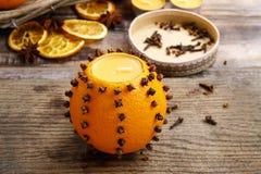 Hoe te om oranje pomander bal met kaars te maken - leerprogramma Royalty-vrije Stock Foto's