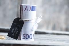 Hoe te om tot Geld online tekst en 500 euro bankbiljetten te maken Stock Foto