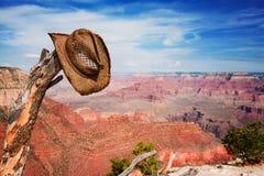 Hoed die op een tak dichtbij de Grote Canion wordt gehangen Royalty-vrije Stock Foto's