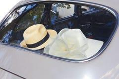 Hoed en retro auto Royalty-vrije Stock Foto's