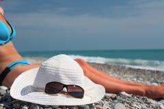 Hoed met zonnebril layng dichtbij Stock Foto's