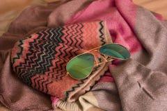 Hoed met zonnebril op headscarves Stock Foto's