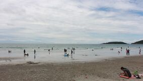 Hoed Nang Ram Beach in Oostelijk Thailand stock video