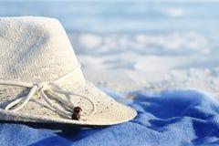 Hoed op het strand. Blauwe overzees Royalty-vrije Stock Foto