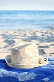 Hoed op het strand. Blauwe overzees Stock Foto