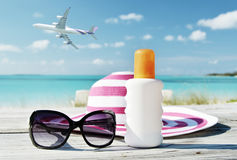 Hoed, zonnebril en zonlotion stock afbeelding