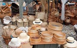 Hoeden en mandenmakerij Stock Foto