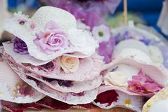 Hoeden met bloemen stock afbeeldingen