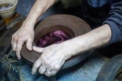 Hoedenmaker die een hoed maken royalty-vrije stock afbeelding
