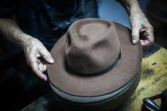 Hoedenmaker die een hoed maken stock afbeeldingen