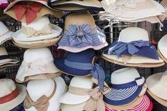 Hoedenshowcase in de weekendmarkt, Thailand Stock Afbeeldingen