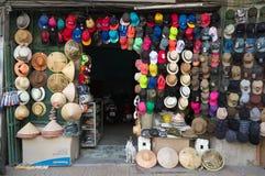 Hoedenwinkel op de straat in Hanoi Stock Foto's