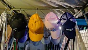 Hoedenwinkel in Sikhio-nachtmarkt een beroemde nachtmarkt stock fotografie