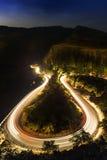 Hoefijzerrijweg bij nacht stock fotografie